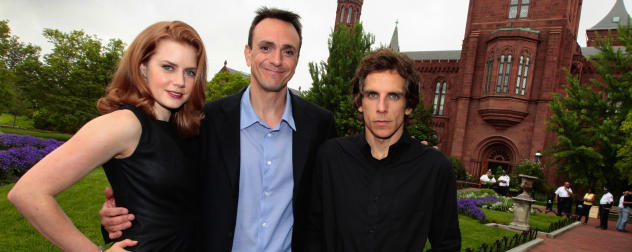Amy Adams, Hank Azaria og Ben Stiller poserer foran slottet Smithsonian i Washington. Foto: AP/J. Scott Applewhite
